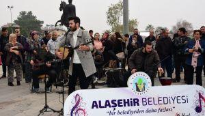 Alaşehirliler sokakta müzik ziyafetiyle coştu!