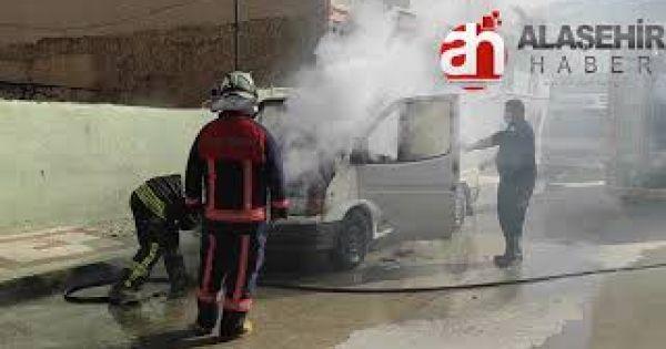 Alaşehir'de park halinde bulunan minibüs alev alarak kül oldu